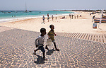 Cabo Verde, Kaap Verdie, KaapVerdie, sal kaapverdie santa maria 2017<br /> Santa Maria, officieel  is een plaats in het zuiden van het Kaapverdische eiland Sal met 6.272 inwoners. Met de opkomst van het toerisme heeft de plaats bekendheid gekregen en is het toerisme de voornaamse inkomstenbron<br /> Kaapverdië, dat behoort tot de geografische regio Ilhas de Barlavento<br />   foto  Michael Kooren<br /> strand Santa Maria  beach boats