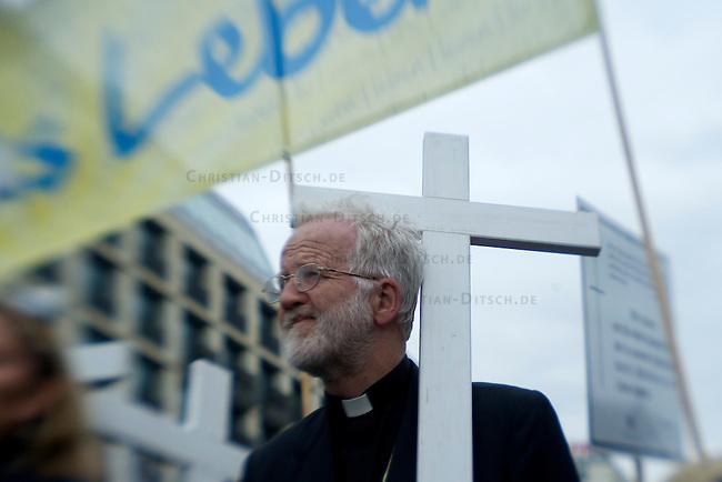 Demonstration gegen Abtreibungen<br />Der christlich-fundamentalistische Bundesverband Lebensrecht e.V. demonstrierte am Samstag den 26. September 2009 in Berlin mit einem sog. &quot;Marsch fuer das Leben&quot; gegen Schwangerschaftsabbrueche. An dem Schweigemarsch nahmen nach Veranstalterangaben etwa 1000 Menschen teil. Die Abtreibungsgegner wurden von Gegendemonstranten mit Trillerpfeifen und Sprechchoeren gestoert.<br />26.9.2009, Berlin<br />Copyright: Christian-Ditsch.de<br />[Inhaltsveraendernde Manipulation des Fotos nur nach ausdruecklicher Genehmigung des Fotografen. Vereinbarungen ueber Abtretung von Persoenlichkeitsrechten/Model Release der abgebildeten Person/Personen liegen nicht vor. NO MODEL RELEASE! Don't publish without copyright Christian Ditsch/version-foto.de, Veroeffentlichung nur mit Fotografennennung, sowie gegen Honorar, MwSt. und Beleg. Konto: Konto: I N G - D i B a, IBAN DE58500105175400192269, BIC INGDDEFFXXX, Kontakt: post@christian-ditsch.de Urhebervermerk wird gemaess Paragraph 13 UHG verlangt.]