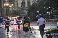 S&Atilde;O PAULO, SP, 24.02.2017 - CLIMA-SP<br /> Pedestres se protegem da chuva viaduto do cha, na tarde desta sexta-feira. 24.(Foto: Danilo Fernandes/Brazil Photo Press)