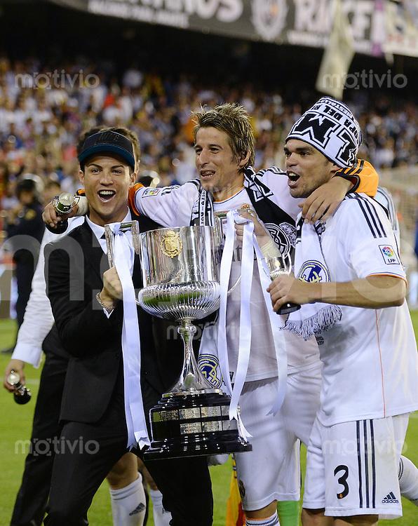 FUSSBALL  INTERNATIONAL Copa del Rey FINALE  2013/2014    FC Barcelona - Real Madrid            16.04.2014 JUBEL Real Madrid; Cristiano Ronaldo, Fabio Coentrao und Pepe (v.li.) jubeln mit dem Pokal
