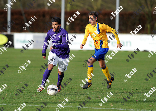 2013-12-22 / Voetbal / seizoen 2013-2014 / Heikant - Ternesse / Yassine Zoubeir (Heikant) gaat met de bal aan de haal.<br /><br />Foto: Mpics.be
