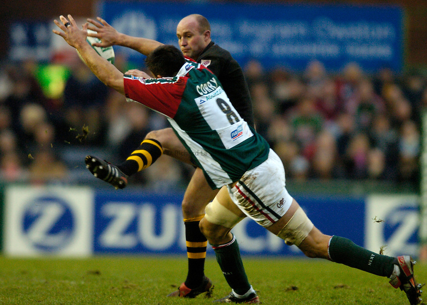 Photo: Richard Lane..Leicester Tigers v London Wasps. Heineken Cup. 12/12/2004..Alex King kicks past Martin Corry.