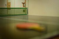 *** Hinweis: Dieses Bild ist Teil der Fotostrecke Jugendarrestanstalt Berlin-Lichtenrade  ****Berlin, Eine Tischtennisplatte am Freitag (03.05.13) im Gebaeude der Jugendarrestanstalt Berlin-Lichtenrade. Die Jugendarrestanstalt Berlin-Lichtenrade hat ihre Tueren zu einem Tag der offenen Tuer fuer die Oeffentlichkeit geoeffnet.  Foto: Timur Emek/CommonLens