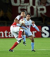 BOGOTA - COLOMBIA - 16-04-2013: Humberto Mendoza (Izq.) de Independiente Santa Fe de Colombia, disputa el balón con Víctor Ferreira (Der.) de Real Garcilaso del Perú, durante partido en el estadio Nemesio Camacho El Campín de la ciudad de Bogotá, partido por el grupo 6 de la Copa Bridgestone Libertadores 2013, abril 16 de 2013.  (Foto: VizzorImage / Luis Ramírez / Staff).  Humberto Mendoza (L) of Independiente Santa Fe from Colombia fights for the ball with Victor Ferreira (R) of Real Garcilaso from Perú during a match for the group 6 of the Copa Bridgestone Libertadores 2013,  at Nemesio Camacho El Campin Stadium in Bogota city, on April 16, 2013, (Photo: VizzorImage / Luis Ramirez / Staff).