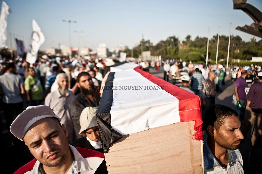 Une marche pour des fun&eacute;railles symbolique des partisants de Mohamed Morsi tu&eacute; lors d'affrontement le 27 juillet ont a &eacute;t&eacute; organis&eacute;e devant le monument du soldat inconnu &agrave; Nasr City o&ugrave; le massacre s'est d&eacute;roul&eacute;. <br /> <br /> A symbolic funeral march for the supporters of Mohamed Morsi killed in clashes during July 27 was organized at the monument of the Unknown Soldier in Nasr City where the massacre took place.