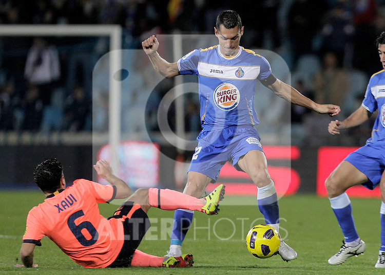 Getafe's Javier Casquero (r) and Xavi Hernandez during La Liga match.November 07,2010. (ALTERPHOTOS/Acero)