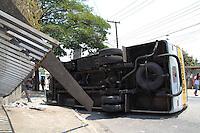 SAO PAULO, SP - 23.10.2014 - ONIBUS ESCOLAR CAPOTA NA ZONA SUL - Um ônibus escolar perde o freio e capota na tarde desta quinta-feira (23) no bairro do campo Limpo, zona Sul da capital. Não havia crianças no veículo, o motorista sofreu ferimentos leves e foi encaminhado para o Hospital do Campo Limpo.<br /> <br /> (Foto: Fabricio Bomjardim / Brazil Photo Press)