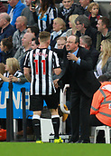 1st October 2017, St James Park, Newcastle upon Tyne, England; EPL Premier League football, Newcastle United versus Liverpool; Rafael Benitez Manager of Newcastle United gives instructions to Matt Ritchie in the 1-1 draw