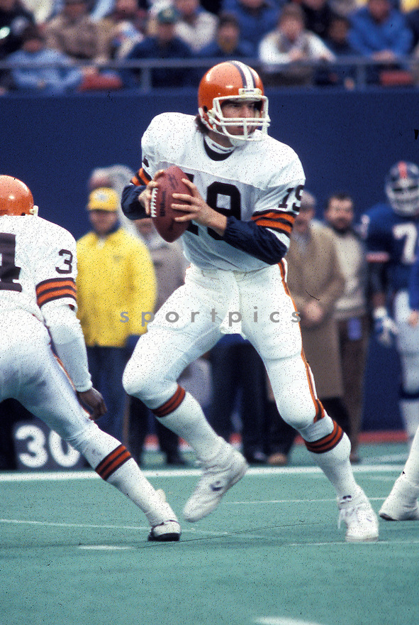 Cleveland Browns Bernie Kosar (19) in action in game against the New York Giants on December 1, 1985 at The Meadowlands in East Rutherford, New Jersey. The Browns beat the Giants 35-33. (AP Photo/David Durochik)