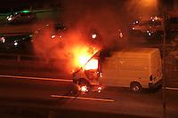 RIO DE JANEIRO, RJ, 15 SETEMBRO 2013 - INCÊNDIO VAN DE CARGA NO VIADUTO RUFINO PIZARRO   - Um van de carga pegou fogo no viaduto Rufino de Almeida Pizarro que liga a linha vermelha ao viaduto da Paulo de Frontin no centro do rio nesse sábado 15. (FOTO: LEVY RIBEIRO / BRAZIL PHOTO PRESS)