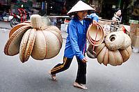 LIN14 HANOI (VIETNAM) 02/03/11.- Una mujer vende cestas por una calle en Hanoi, Vietnam, hoy miércoles 02 de marzo de 2011. El gobierno de Vietnam ha aumentado los precios de gasolina (24 por ciento) y de electricidad (15 por ciento) en un momento en que la población lucha con una 'tormenta de precios'. La inflación ha aumentado cada mes desde agosto de 2010, y registró el 12,31 por ciento interanual en febrero 2011 a pesar de las medidas del gobierno para apretar la política monetaria. EFE/LUONG THAI LINH..