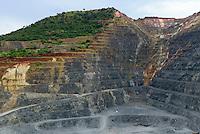 TANZANIA Geita Gold Mine, open-cast gold mine of company AngloGold Ashanti / TANSANIA Geita Goldmine der Firma AngloGold Ashanti, offener Tagebau