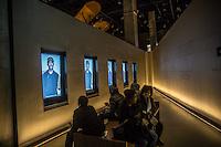 Washington- National Museum of African American History and Culture<br /> visitatori seduti osservano video