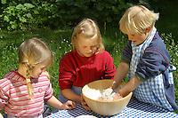Kinder backen Hutzelbrötchen, Brötchen aus Brotteig und Himbeeren, Himbeere, Ernte, Obst, Frucht, Früchte, Rubus idaeus, Raspberry