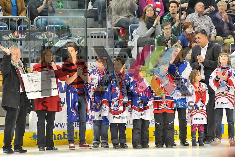 Scheckuebergabe f&uuml;r Rosys Kids Corner beim Spiel in der DEL, Adler Mannheim - Grizzly Adams Wolfsburg.<br /> <br /> Foto &copy; Ice-Hockey-Picture-24 *** Foto ist honorarpflichtig! *** Auf Anfrage in hoeherer Qualitaet/Aufloesung. Belegexemplar erbeten. Veroeffentlichung ausschliesslich fuer journalistisch-publizistische Zwecke. For editorial use only.