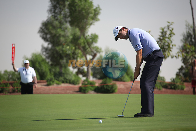 Dubai World Championship Golf. Earth Course,.Jumeirah Golf Estate, Dubai, U.A.E...Padraig Harrington lines up his putt on the 3rd during the first round of the Dubai World Golf championship..Photo: Fran Caffrey/www.golffile.ie...