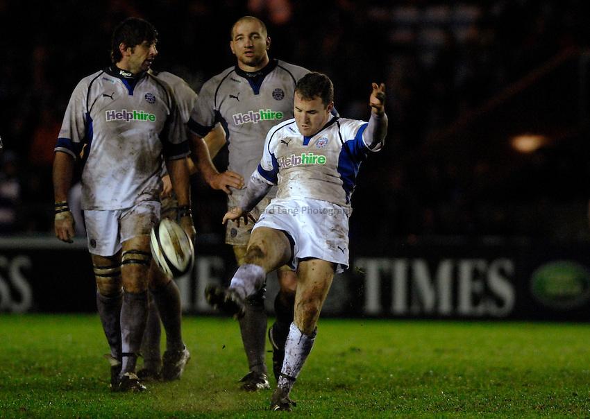 Photo: Richard Lane..NEC Harlequins v Bath Rugby. Guinness Premiership. 06/01/2007. .Bath's Chris Malone kicks.