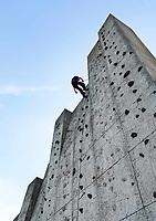 Nederland Spaarwoude  2019. In recreatiegebied Spaarnwoude (tussen IJmuiden, Haarlem en Amsterdam) bevindt zich een kunstobject dat ontworpen is door de Leidse beeldhouwer Frans de Wit in nauwe samenwerking met klimmer Ad van der Horst. Het object is een klimmuur en heeft als doel kunst en recreatie te integreren. De klimmuur bestaat uit 178 betonblokken van 1,2m bij 1,2m. Deze blokken zijn afgietsels van rotsen in de buurt van Namen in België. Foto Berlinda van Dam / Hollandse Hoogte