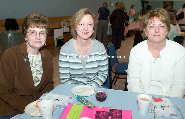 WATERBURY, CT- 02 MAY 2008- 050208JT13-<br /> From left, Barbara Grosso, her sister-in-law Kathy Grosso, and Peter and Paul alumnus Anne Brophy during Saints Peter and Paul Development Committee's Ladie's Night Out at the school in Waterbury on Friday, May 2.<br /> Josalee Thrift / Republican-American