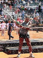 La statunitense Serena Williams esulta dopo aver vinto la finale femminile degli Internazionali d'Italia di tennis a Roma, 18 maggio 2014.<br /> United States' Serena Williams sprays champagne after winning the women's final match of the Italian open tennis tournament, in Rome, 18 May 2014.<br /> UPDATE IMAGES PRESS/Isabella Bonotto
