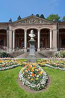Germany, Baden-Wuerttemberg, Baden-Baden: pump room with Kaiser Wilhelm I. statue at spa park - flea market | Deutschland, Baden-Wuerttemberg, Baden-Baden: Die Trinkhalle mit Wandelhalle und Denkmal Kaiser Wilhelms I. im Kurpark - Flohmarkt