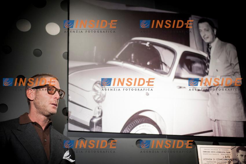 """Lapo Elkann posa di fronte alla foto del nonno Giovanni Agnelli.Inaugurazione della mostra """"Le auto dell'Avvocato"""" al Museo dell'Auto di Torino.Torino 12/03/2013 .Foto Insidefoto Giorgio Perottino"""