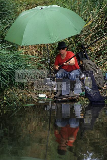 Europe/Belgique/Flandre/Flandre Occidentale/Env de Bruges : Pêcheur sur le canal Napoléon sur la route de Damme