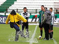 MANIZALES - COLOMBIA - 21-04-2013: Wilmer Roldán (3Der.) árbitro del partido Once Caldas v.s. Cúcuta Deportivo inspecciona la cancha en el estadio Palogrande de la ciudad de Manizales, abril 21 de 2013. Once Caldas venció dos goles a cero al Cúcuta Deportivo, en partido de la fecha 12 de la Liga Postobón I. (Foto: VizzorImage / Yonboni  / Str).  Wilmer Roldan (3R) referee of the match Once Caldas v.s. Cúcuta Deportivo inspects the field in the stadium Palogrande in the city of Manizales, April 21, 2013. Once Caldas won two goals to cero to Cucuta Deportivo, in a match for the twelfth date of the League Postobon I. (Photo: VizzorImage / Yonboni / Str)  .