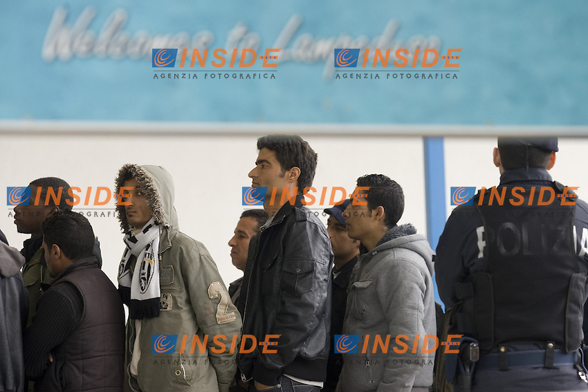 I profughi provenienti dalla Tunisia vengono trasferiti con il ponte aereo presso altri Centri di Accoglienza...Gli immigrati all aeroporto prima di essere imbarcati sull aereo...Negli ultimi due giorni sono arrivati sull isola piu di mille profughi...Aeroporto di Lampedusa 05 Marzo 2011...Photo Serena Cremaschi Insidefoto..........