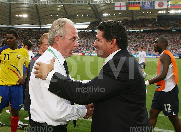 Fussball WM 2006   Achtelfinale   England 1-0 Ecuador Gratulation, EUC Trainer Luis Suarez (re) gratuliert ENG Trainer Sven Goran Eriksson zum Sieg