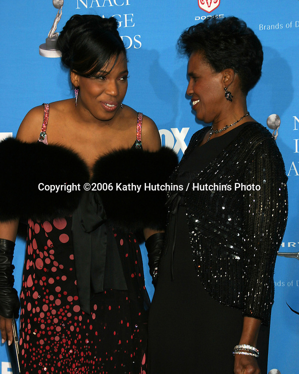 Macy Gray & mother.37th NAACP Image Awards.Shrine Auditorium.Los Angeles, CA.February 25, 2006.©2006 Kathy Hutchins / Hutchins Photo....                 V