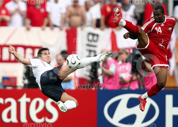 Fussball WM 2006  Gruppenspiel  Vorrunde England - Trinidad & Tobago  Frank Lampard (ENG li) mit akrobatischer Einlage gegen John Stern (T&T)