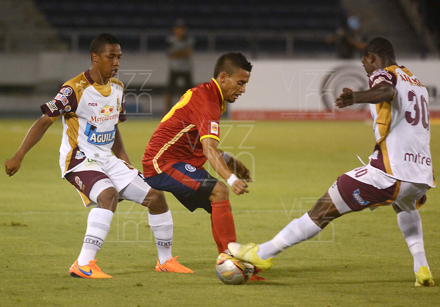 BARRANQUIILLA -COLOMBIA-26-04-2015. Leonel Garcia (Izq) de Uniauntónoma disputa el balón con Avimiled Rivas (Der) de Deportes Tolima en partido por la fecha 17 de la Liga Aguila I 2015 jugado en el estadio Metropolitano de la ciudad de Barranquilla./ Leonel Garcia (L) player of Uniautonoma fights for the ball with  Avimiled Rivas (R) player of Deportes Tolima during match valid for the 17th date of the Aguila League I 2015 played at Metropolitano stadium in Barranquilla city.  Photo: VizzorImage/Alfonso Cervantes/Cont