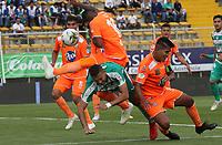 BOGOTÁ - COLOMBIA, 27-04-2019:Jeider Riquett (Izq.) jugador de La Equidad  disputa el balón con Jairo Palomino (Der.) jugador del Envigado durante partido por la fecha 18 de la Liga Águila I 2019 jugado en el estadio Metropolitano de Techo de la ciudad de Bogotá. /Jeider Riquett  (L) player of La Equidad fights the ball  against of Jairo Palomino (R) player of Envigado  during the match for the date 18 of the Liga Aguila I 2019 played at the Metropolitano de Techo  stadium in Bogota city. Photo: VizzorImage / Felipe Caicedo / Staff.
