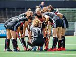 AMSTELVEEN  -  teamoverleg bij een strafcorner, .  Hoofdklasse hockey dames ,competitie, dames, Amsterdam-Groningen (9-0) .     COPYRIGHT KOEN SUYK