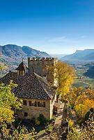 Italien, Suedtirol, bei Meran, Dorf Tirol: Schloss Thurnstein, im Hintergrund das Meraner Becken | Italy, South Tyrol, Alto Adige, near Merano, Tirolo: Castel Torre (Castle Thurnstein), at background Meran Basin