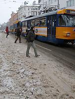 Nach ergiebigem Schneefall in den letzten Tagen sind die Leipziger Starßen noch  immer voll von Schnee. Die Beräumung dauert an. Beräumungszustand in Leipzig Schleußig - im Bild:   Könneritzstraße / Industriestraße (Haltestelle Straßenbahn) - die Fahrgäste müssen beim Zu/ Aussteigen durch tiefen Schnee stapfen - beräumt ist nur die Fahrbahn.   Foto: Norman Rembarz..Norman Rembarz , Autorennummer 41043728 , Holbeinstr. 14, 04229 Leipzig, Tel.: 01794887569, Hypovereinsbank: BLZ: 86020086, KN: 357889472, St.Nr.: 231/261/06432 - Jegliche kommerzielle Nutzung ist honorar- und mehrwertsteuerpflichtig! Persönlichkeitsrechte sind zu wahren. Es wird keine Haftung übernommen bei Verletzung von Rechten Dritter. Autoren-Nennung gem. §13 UrhGes. wird verlangt. Weitergabe an Dritte nur nach  vorheriger Absprache..
