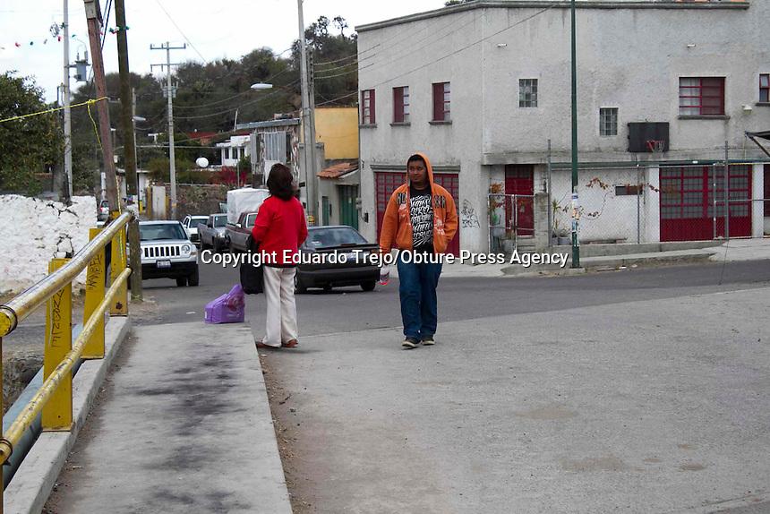 San Juan del R&iacute;o, Qro. 01 febrero 2015.- El Barrio de la Cruz es uno de los m&aacute;s populares y representativos de la ciudad, adem&aacute;s de ser de los m&aacute;s antiguos es tambi&eacute;n un &iacute;cono de la demarcaci&oacute;n ya que en su interior se encuentran restos preshispanicos.<br /> <br /> Varias veces por a&ntilde;o, este barrio lleva a cabo diferentes festividades, como lo es el D&iacute;a de la Santa Cruz, que se festeja los primeros d&iacute;as de mayo. Otras festividades se realizan el 21 de marzo, con la llegada del equinoccio de primavera. Hasta el cerrito donde se encuentra la base piramidal, llegan cientos de personas a danzar y a cargarse de energ&iacute;a positiva.