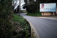 Rizziconi, Calabria, 03.12.2014. En plakat til minne om Francesco Inzitari som i 2009 skulle feire bursdagen til en venninne. På utsiden av lokalet venter en leiemorder, Francesco blir henrettet med ni skudd på åpen gate med vennegjengen som publikum. Drapet er en vendetta mot Francescos far, som hadde uoverenstemmelser med Crea klanen, en gren i Ndrangheta syndikatet. Bilder til feature om båndene mellom Vatikanet, Ndrangheta og den italienske stat. Foto: Christopher Olssøn.