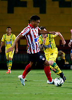 BUCARAMANGA - COLOMBIA, 01-09-2019: Steve Makuka de Atlético Bucaramanga y Teófilo Gutiérrez de Atlético Junior disputan el balón, durante partido entre Atlético Bucaramanga y Atlético Junior, de la fecha 9 por la Liga Águila II 2019, jugado en el estadio Alfonso López de la ciudad de Bucaramanga. / Steve Makuka of Atletico Bucaramanga and Teofilo Gutierrez of Atletico Junior vies for the ball, during a match between Atletico Bucaramanga and Atletico Junior, of the 9th date for the Aguila Leguaje II 2019 at the Alfonso Lopez Stadium in Bucaramanga city Photo: VizzorImage / Oscar Martínez / Cont.