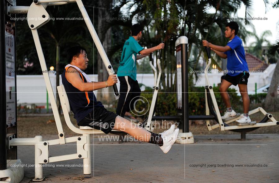 LAO P.D.R., Vientiane, people do sports  / LAOS, Vientiane, Menschen machen Sport