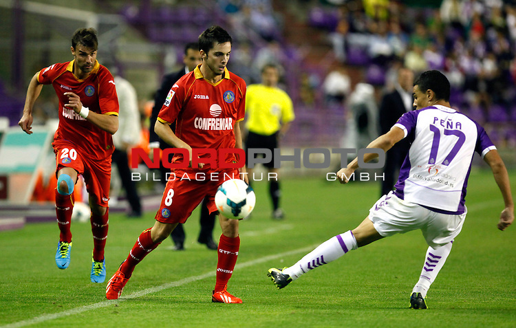 Real Valladolid¬¥s Pe√±a (r) and Getafe's Valera and Pablo Sarabia during La Liga match.August 31,2013. Foto © nph / Victor Blanco)