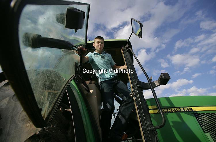 Foto: VidiPhoto..ACHTERBERG - De 16-jarige Gert van Laar uit Achterberg op een zware tractor.