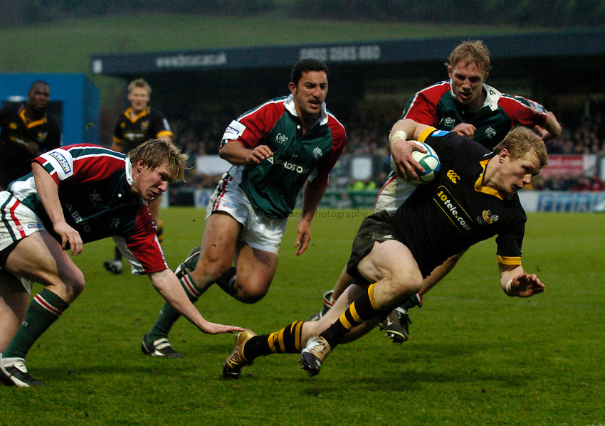 Photo: Richard Lane..London Wasps v Leicester Tigers. Heineken Cup. 05/12/2004..Josh Lewsey breaks past Ollie Smith, Daryl Gibson and Lewis Moody for a try.