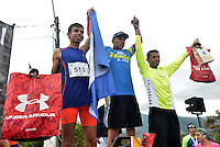 CALI -COLOMBIA. 26-06-2016. Hugo Lombana (Izq), segundo en la carrera durante la premiación de la carrera Cristo Rey 7K realizada el 26 de junio de 2016 en la ciudad de Cali. / Hugo Lombana (L) second in the race during during the condecoration in the Cristo Rey 7K Race on 26 June 2016 at Cali city. Photo: VizzorImage/ Gabriel Aponte / Staff