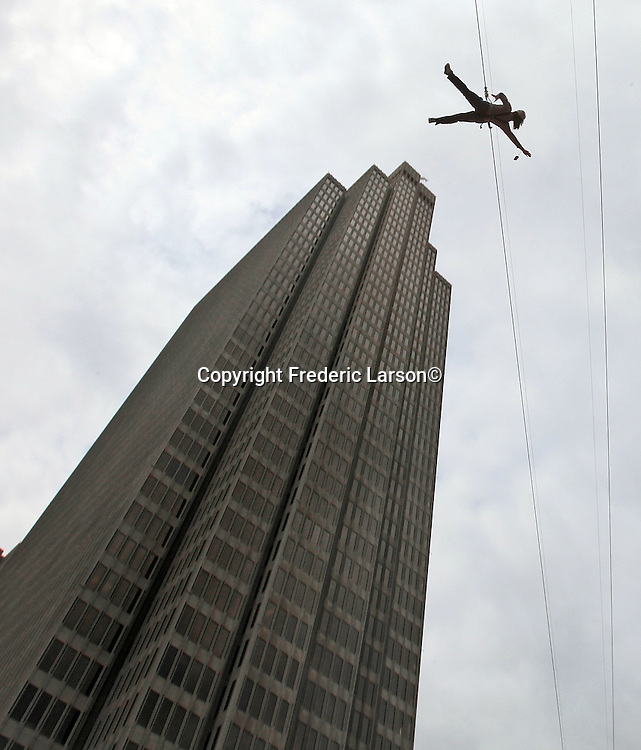 You too can fall for free over the Embarcadero Plaza in San Francisco on a zip line that zooms anyone who that's in the mood for a rush. The only catch is you have to be patient enough because it's free and there is lots of people in front of you who want the same adventure.