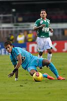 SÃO PAULO, SP, 06 DE MAIO DE 2012 - FINAL DO CAMPEONATO PAULISTA - GUARANI x SANTOS: Neymar (c) durante partida Guarani x Santos, primeira partida da final do Campeonato Paulista no Estádio do Morumbi. FOTO: LEVI BIANCO - BRAZIL PHOTO PRESS