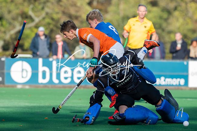 BLOEMENDAAL  - Sybe Melsert van Bldaal met Luc van Riesssen (Kampong)  en keeper Storm van Dalen (Kampong) , competitiewedstrijd junioren  landelijk  Bloemendaal JB1-Kampong JB1 (4-3) . COPYRIGHT KOEN SUYK