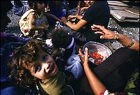ITALIA Torino  Campo nomadi Rom  (Campo dell'Arrivore, 2001)   pranzo, ragazzini un bambino guarda in alto e sorride