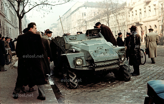 UNGARN, 10.1956.Budapest, IX./VIII. Bezirk.Ungarn-Aufstand / Hungarian uprising 23.10.-04.11.1956:.Fussgaenger bewundern einen verlassenen sowjetischen Panzerwagen in der Üllöi út nach dem Waffenstillstand vom 28.10.56. Links die revolutionaere Kilian-Kaserne..Pedestrians inspecting a deserted Soviet armoured vehicle on Ulloi ut after the ceasefire of oct. 28. To the left the revolutionary Kilian barracks..© Jenö Kiss/EST&OST